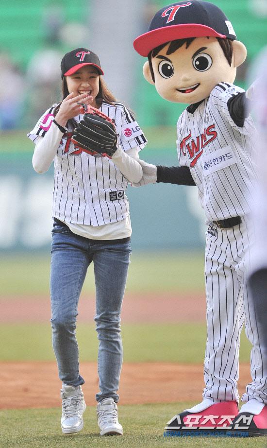 Gymnast Son Yeon Jae threw a pitch at a baseball game » AsianCeleb