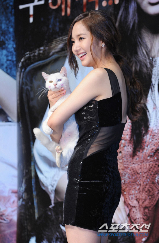 Actress Park Min Young & White Cat » AsianCeleb